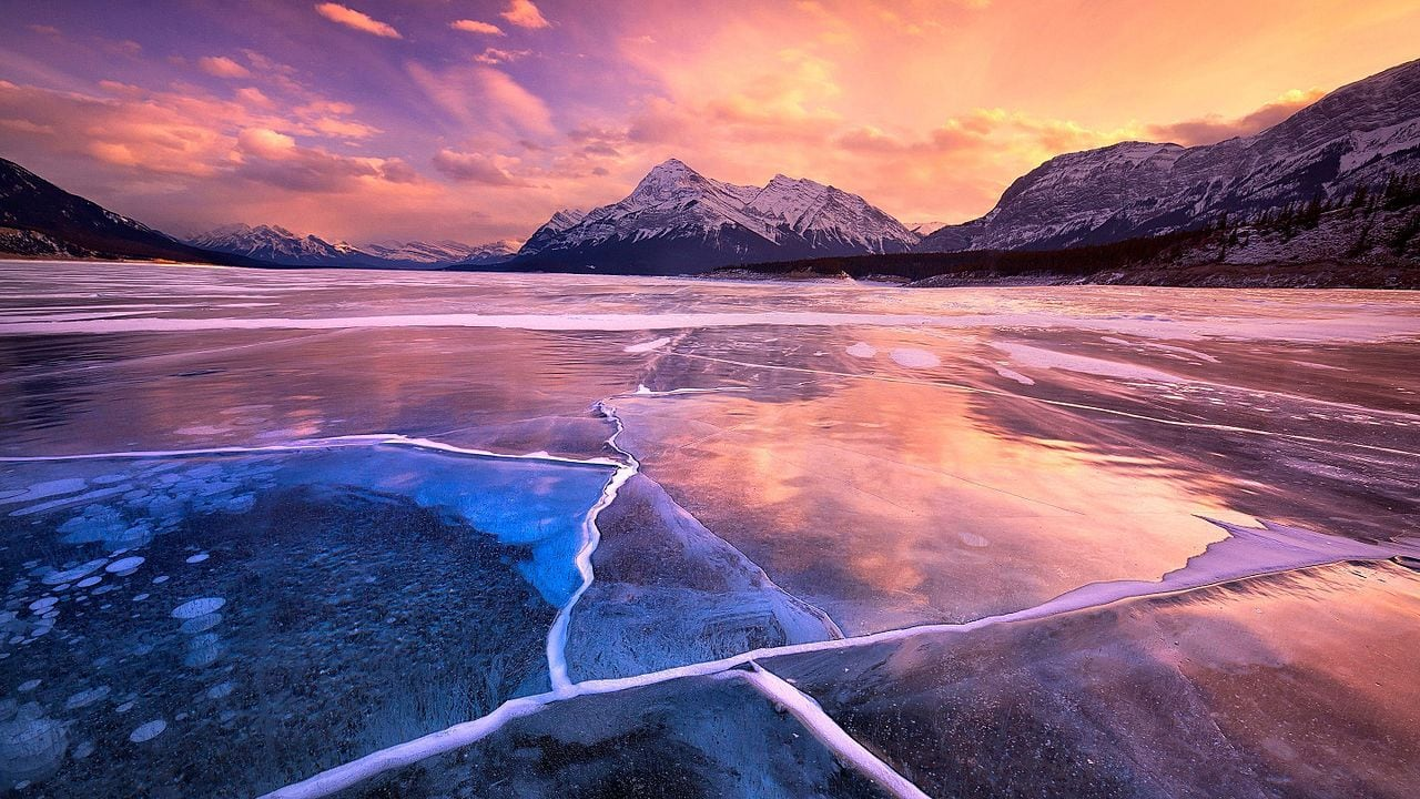 Abraham lake in sunset by WikiGGSSB Wikimedia Commons