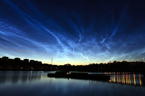 Noctilucent_clouds_over_Stockholm (Wikimedia Commons)