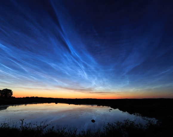 Noctilucent_clouds_over_Uppsala,_Sweden (Wikimedia Commons)