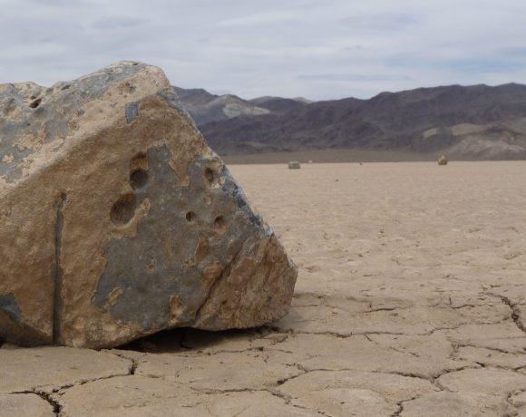 Death_Valley_NP_-_Racetrack_Playa_-_sailing_stone_-_closeup (Wikimedia Commons)