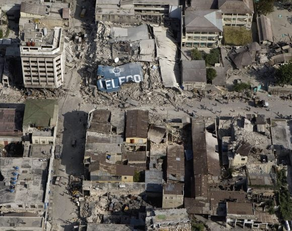 Downtown_Port_au_Prince_after_earthquake (WikimediaCommons)