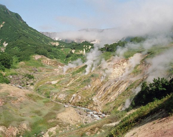 Valley_of_the_Geysers (Wikimedia Commons)