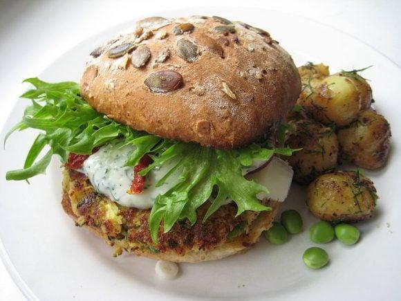 Veggie burger miikkahoo (Wikimedia Commons)