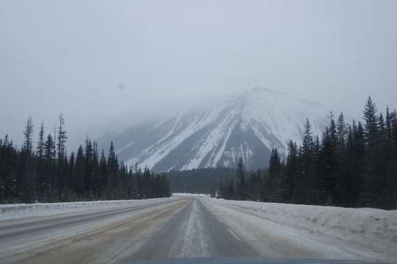 Highway_93_south_of_Banff_going_into_Radium_Hot_Springs (Wikimedia Commons)
