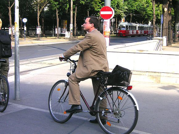Urban_cycling_III (Wikimedia Commons)