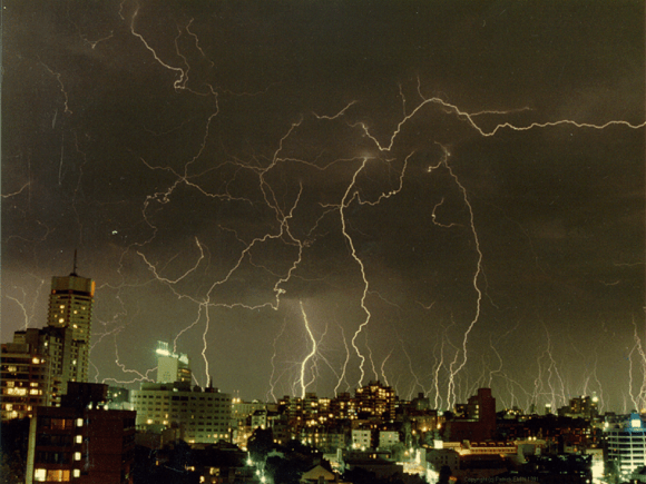 Thunderstorm_in_sydney (Wikimedia Commons)
