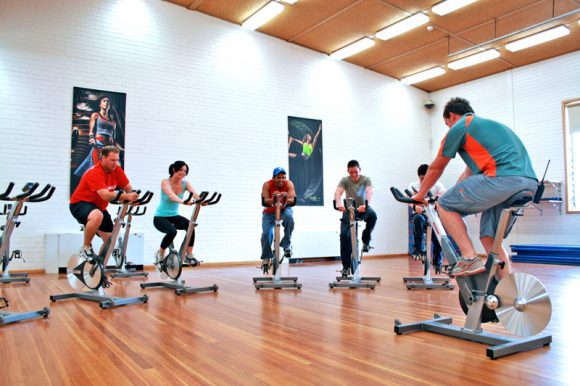 Indoor_Cycle_Class_at_a_Gym (Wikimedia Commons)