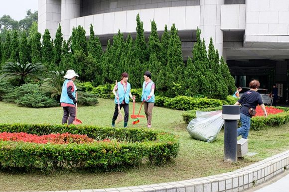 Workers_Cleaning_Front_Front_Count_of_Taipei_City_Council (Wikimedia Commons)
