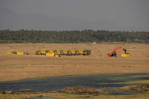 Sand_mining_in_Kaveri_River (Wikimedia Commons)