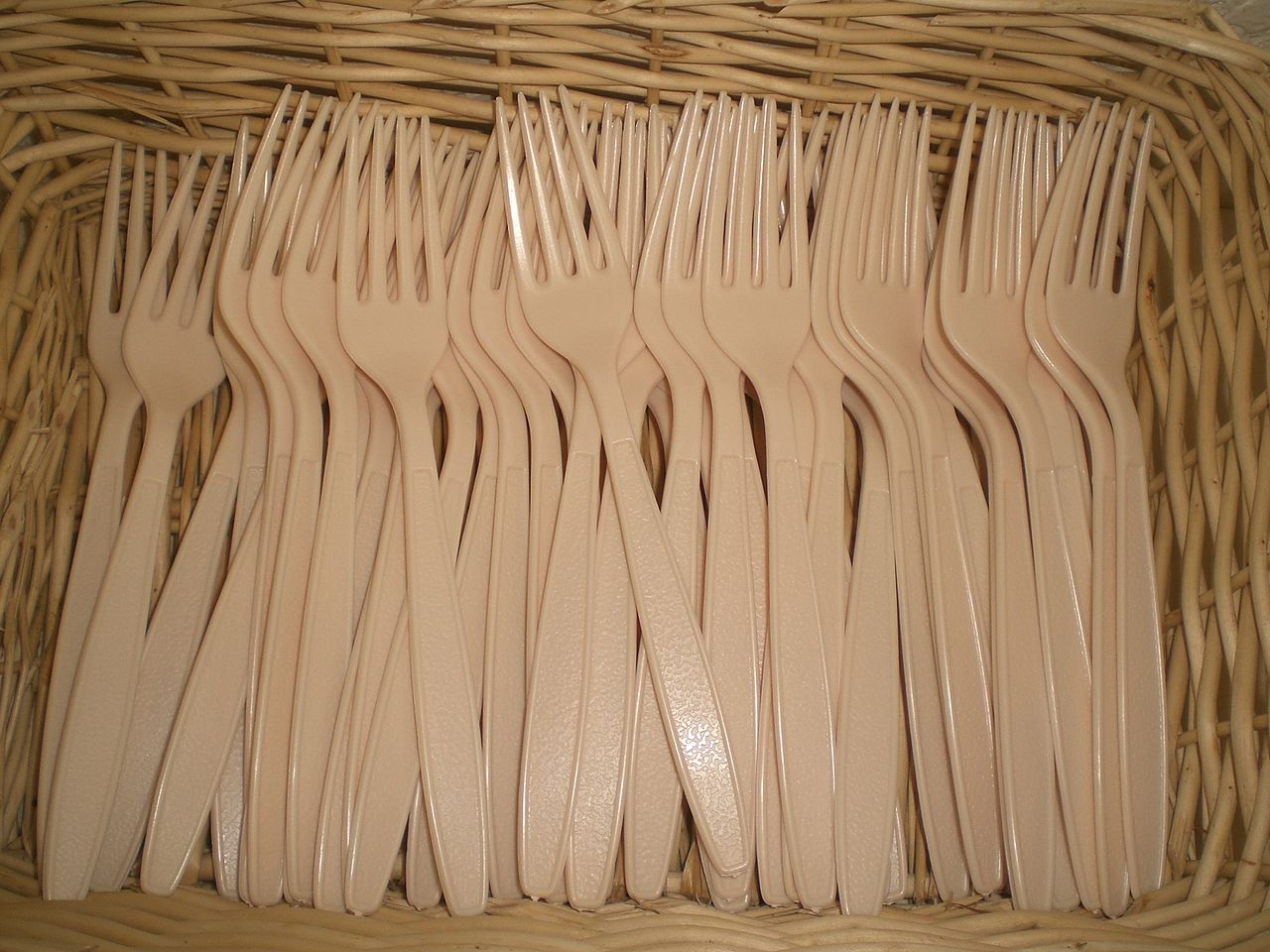 Plastic forks by Hoitintungs Wikimedia Commons
