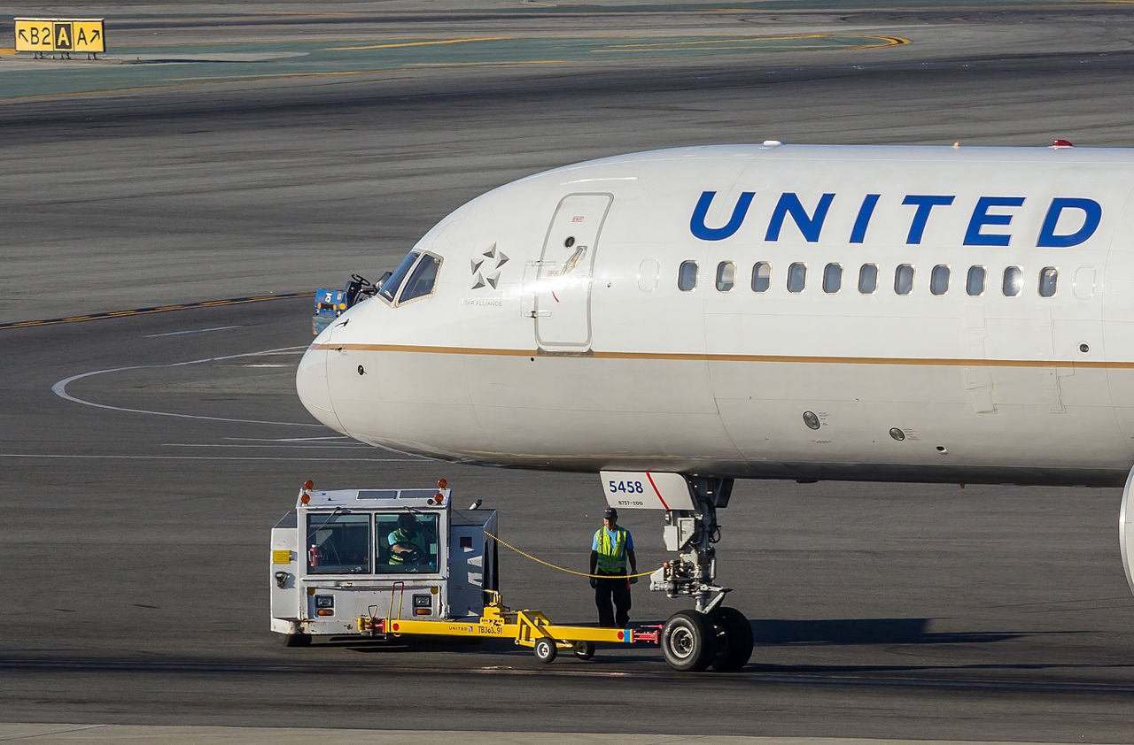 United Airlines Boeing 757-222 by Raimond Spekking Wikimedia Commons