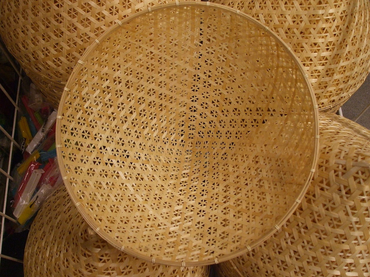 an item made from rice straw by StromBer Wikimedia Commons