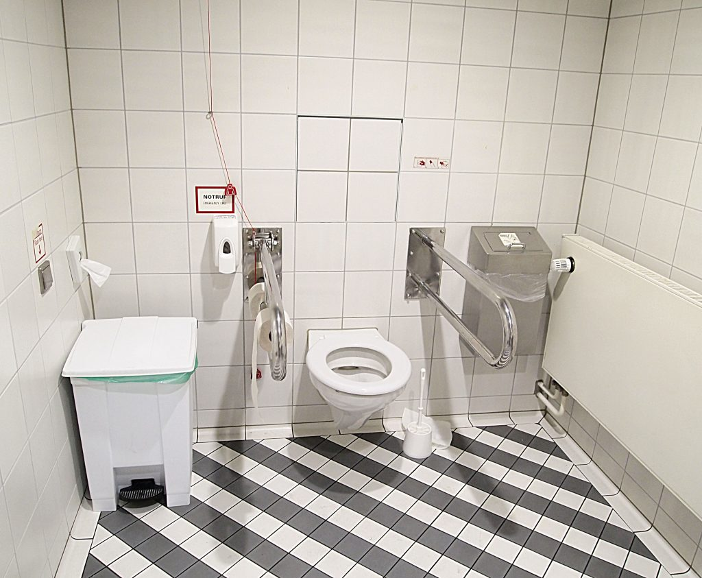 Munich_airport_-_toilet (Wikimedia Commons)