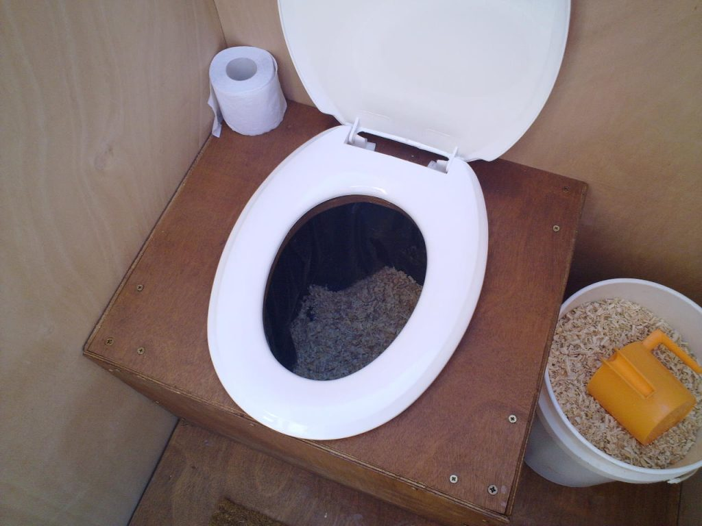 Sawdust_composting_toilet (Wikimedia Commons)