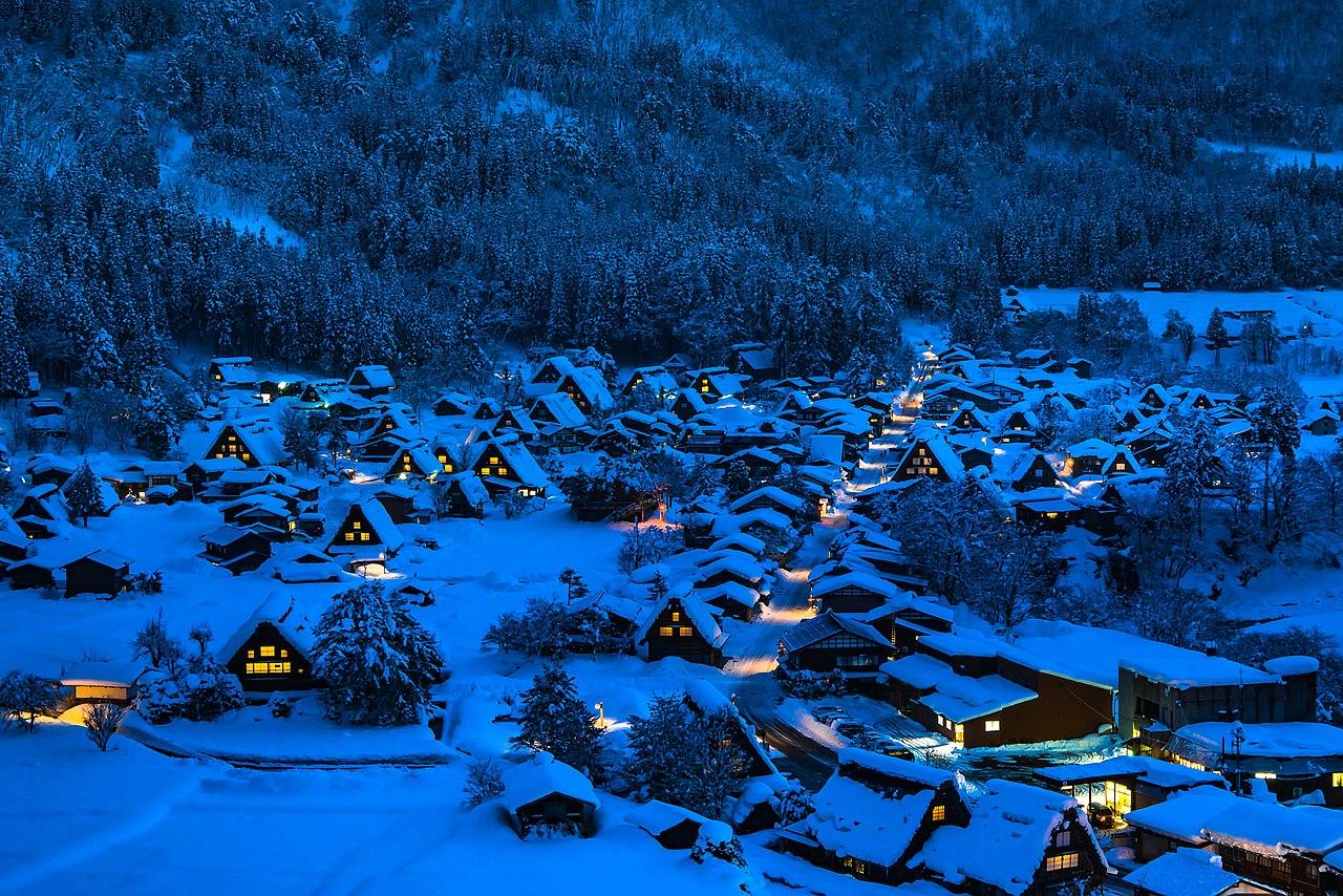 Shirakawa-go at night by Yoshiyuki Ito Wikimedia Commons