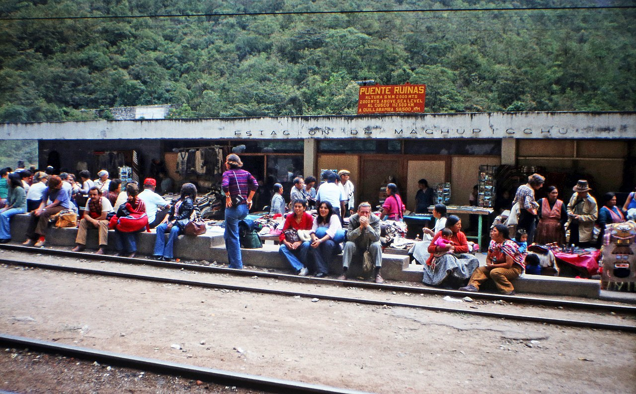 Machu Picchu Bahnstation which is rife with people. Photo of W. Bulach Wikimedia Commons