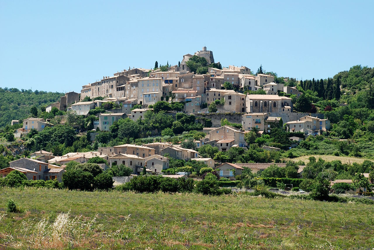 Simiane-la-Rotonde by EmDee Wikimedia Commons