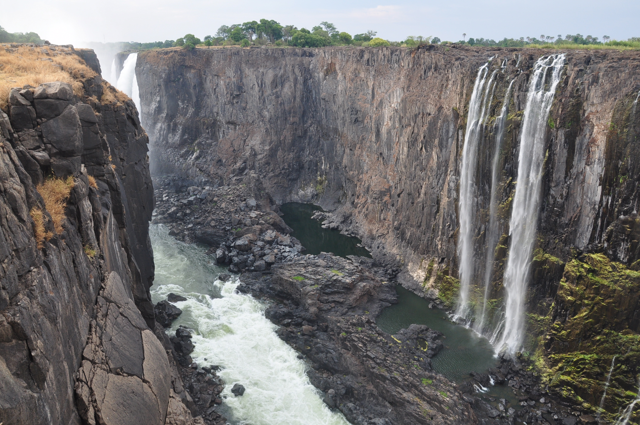 Victoria_falls_during_dry_season_2011 (Wikimedia Commons)