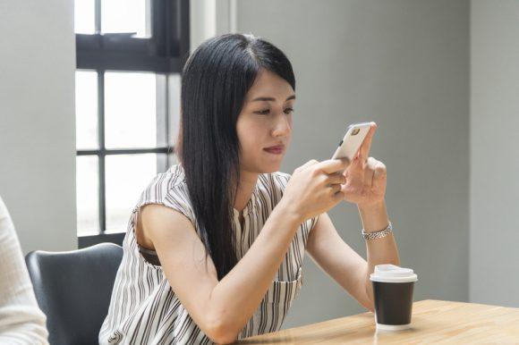 asian-beautiful-cellphone-chat-chatting-communication