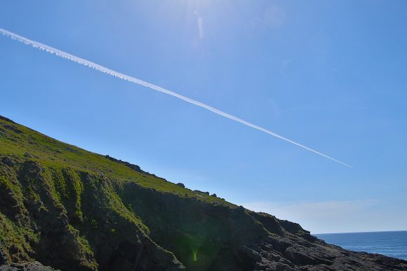 airplane contrail by Tom Corser Wikimedia Commons