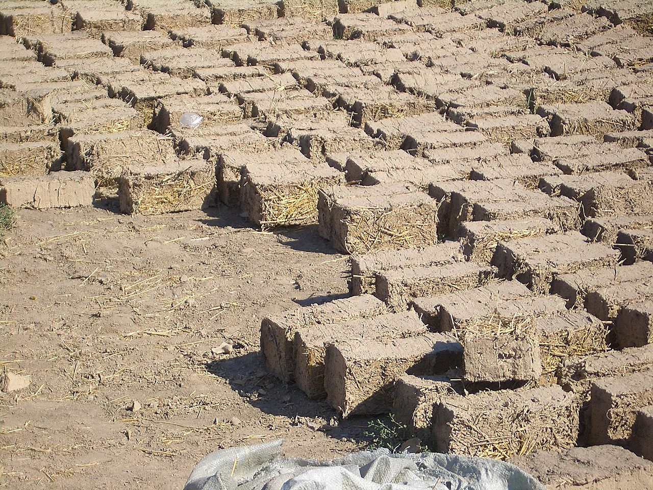adobe bricks by Vmenkov Wikimedia Commons