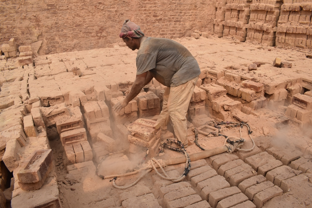 Brick kiln worker by Dolon Prova Wikimedia Commons