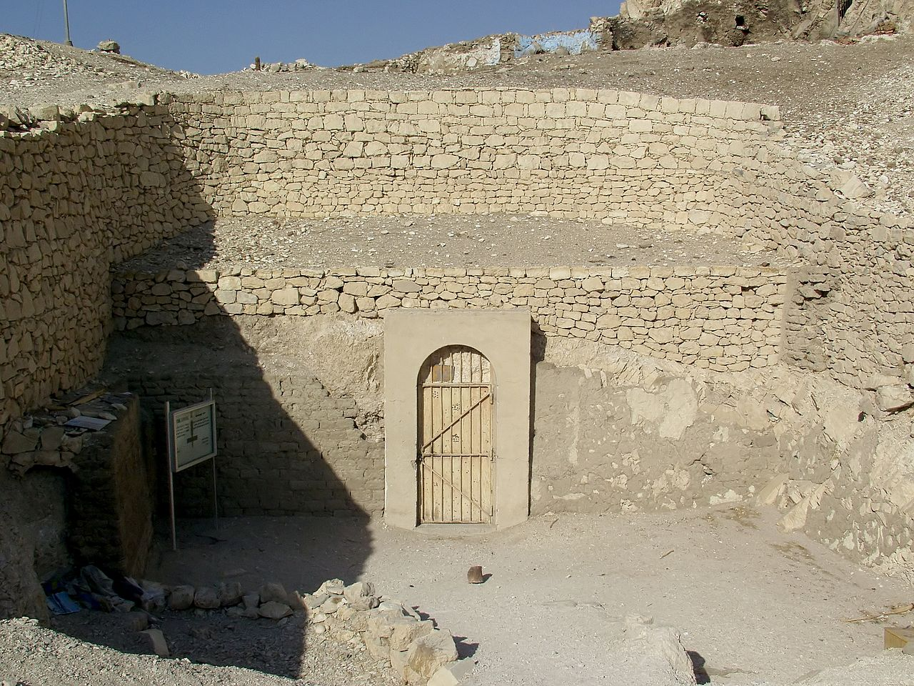 The entrance of the Tomb of Menna © Raimond Spekking / CC BY-SA 4.0 (via Wikimedia Commons)