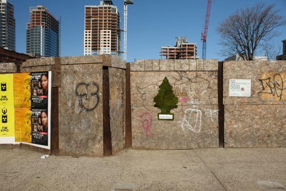 Wunderbaum_im_Bauzaun moss graffiti (wikimedia commons)