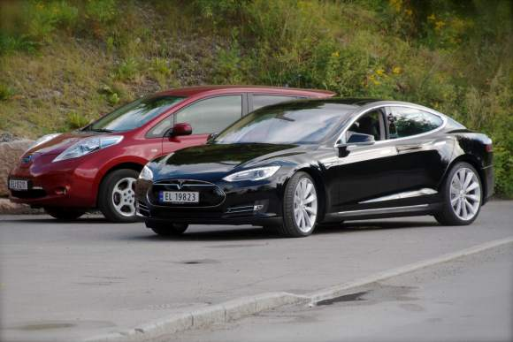 Nissan_Leaf_and_Tesla_Model_S_in_Norway (Wikimedia Commons)